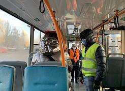 Требования к безопасности поездок остаются жесткими, а контроль по-прежнему организован в ежедневном режиме и не только в часы пик.