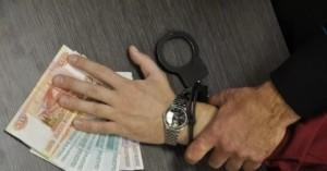 Подозреваемый получил от гражданина92 тысячи рублей для передачи их в качестве взятки завыдачу водительского удостоверения, без сдачи экзаменов.