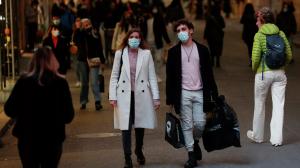 Если на улице невозможно соблюдать дистанцию с другими прохожими, также следует носить маску.