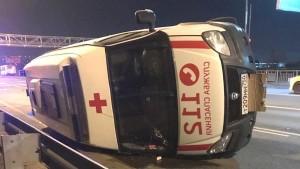 Водитель легкового автомобиля столкнулся с машиной скорой помощи, проскочив на желтый свет.