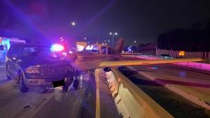 В США самолет экстренно сел на дорогу и столкнулся с автомобилем