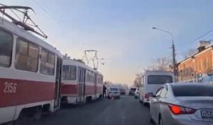 В Самаре на пересечении улиц Юбилейной и Победы встали трамваи