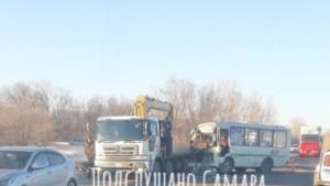 В Самарской области три пассажира пострадали при столкновении автобуса и грузовика