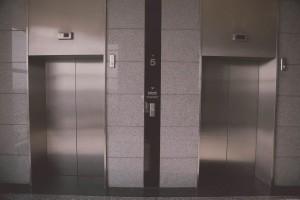 Власти Самарской области заявили, что до 2025 года все изношенные лифты врегионе будут заменены