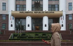 Согласно принятому закону, госслужащие обязаны по просьбе граждан отвечать на русском языке, в том числе письменно.