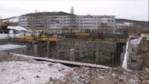В настоящее время завершено устройство котлована, бетонирование фундамента, начинается возведение монолитного каркаса здания.