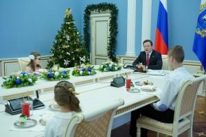 В этом году Дмитрий Азаров исполнил мечты семерых детей и вручил им подарки при личной встрече.