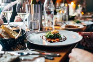 По словам специалиста, традиционная рождественская кухня — это мясное блюдо с овощными салатами.