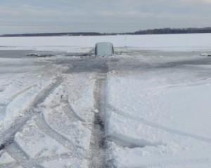 Под Сызранью автомобиль с людьми провалился под лед