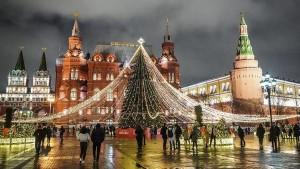 За нарушения ограничительных мер в новогодние праздники россиянам грозят штрафы в размере от 500 рублей до 300 тыс. рублей.