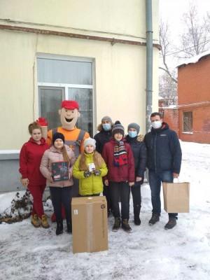 Энергетики доставили новогодние подарки семьям из Ленинского и Промышленного района областной столицы.
