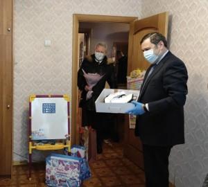 Александр Хинштейнвручил подарок 9-летнейАлисе Шмойловойиз Нефтегорска — фигурные коньки и защитные наколенники.
