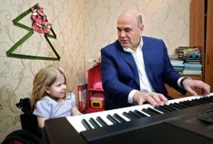 Премьер-министр исполнил желание девочки из Тверской области и подарил ей синтезатор.