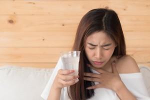 Нацслужба здравоохранения Великобритании выделяет три ключевых симптома коронавируса: высокая температура, непрерывный кашель, потеря обоняния или вкуса.