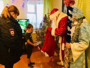 В рамках акции, на площади Куйбышева в Самаре, сотрудники областной Госавтоинспекции поздравили ребят с праздником.