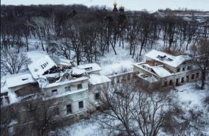 Уникальный памятник архитектуры заброшен и постепенно превращается в руины.