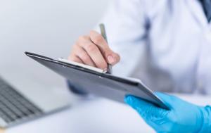 Глава региона поручил минздраву СО ускорить подготовку списков, чтобы медики, работавшие в период с 1 по 8 января, оперативно получили полагающиеся выплаты.