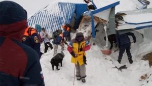 Проведение спасательных работ после схода лавины осложняется неблагоприятными погодными условиями.