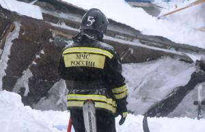 Поисково-спасательные работы на месте схода лавины остановили из-за темного времени суток и неблагоприятных погодных условий. Их возобновят утром во вторник.