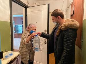 Из-за пандемии коронавируса и продления самоизоляции многие пожилые самарцы не выходят в церкви, для того чтобы набрать святой воды.