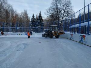 В парках Самары  ежедневно обновляют 15 000 квадратных метров льда