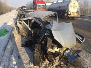 Лобовое столкновение грузовика и легковушки в Волжском районе: пострадал человек