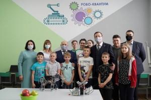 Дмитрий Азаров ознакомился с разработками минитехнопарка «Квантум», открывшегося на базе Дома детского творчества в селе Хворостянка благодаря нацпроекту «Образование».