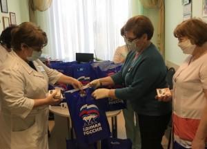Поддержать персонал районных больниц решили депутаты-волонтеры Самарской губернской думы.