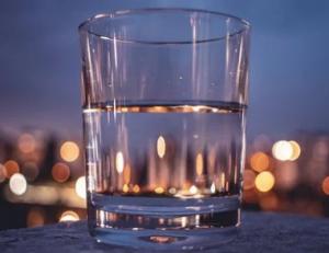 В первую очередь специалист отметил, что нет никакой необходимости в том, чтобы выпивать по два литра воды в день.