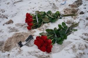 Главы регионов возложили цветы прямо на снег недалеко от фуры, там, где еще несколькими часами ранее находился рейсовый автобу