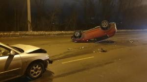 В Самаре молодая автомобилистка перевернулась в машине