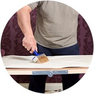 Для приклеивания стеклохолста или флизелина, а также виниловых обоев на бумажной основе и бумажных обоев на впитывающие основания, успешно используют клей на основе ПВА дисперсии и крахмала – клей для стеклохолста Bostik.