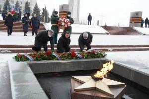 Дмитрий Азаров почтил память участников Сталинградской битвы у Вечного огня на площади Славы