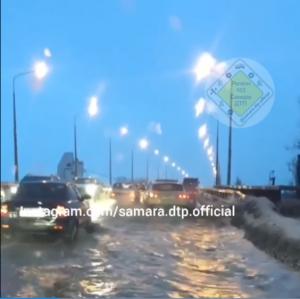 В Самаре из-за обильных осадков затопило Южный мост