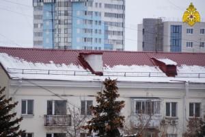 Во время оттепели происходит сход снежной наледи и сосулек, что может послужить причиной травматизма и даже гибели людей.