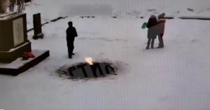 Дети потушили снегом Вечный огонь в Санкт-Петербурге