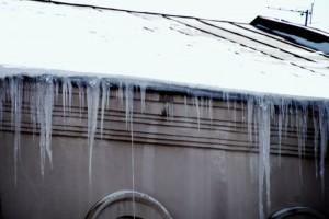 В Самаре с начала 2021 года от падения снега и наледи с крыш пострадали уже три человека