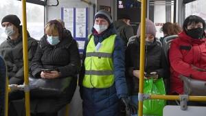 Запрещается принудительная высадка из общественного транспорта детей, которые не достигли 16-летнего возраста, и едут без сопровождения взрослых.