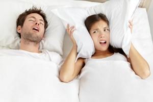 Храп либо внезапные пробуждения посреди ночи люди часто не принимают всерьез. При этом их причиной является сонное апноэ или остановка дыхания.
