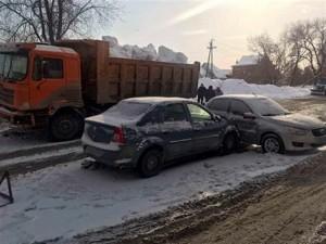 Грузовик и две легковушки столкнулись в Самаре из-за снегопада