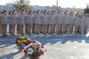 Минутой молчания собравшиеся почтили память тех, кто погиб, исполняя военный и интернациональный долг, и возложили к мемориальному комплексу цветы.