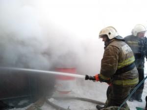 Была угроза распространения пожара на здание двухэтажного многоквартирного жилого дома.