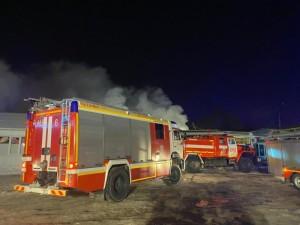 """В Самаре потушили крупный пожар в торговом павильоне на рынке Ракита""""."""