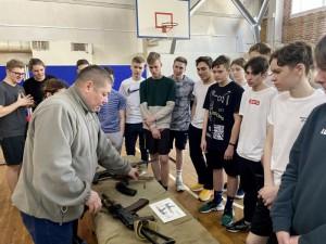 Ученикам провели экскурсию по интерактивной выставке оружия современной российской армии, мастер-класс по сборке и разборке оружия.