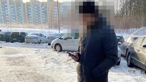 36-летний мужчина закопал себя в снег под деревом в парке.