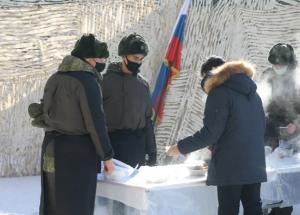 Для учащихся школы военные связисты организовали выставку боевой и специальной техники, находящейся на вооружении.