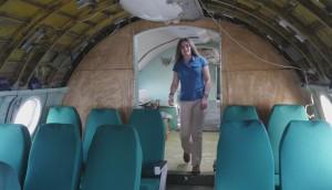 Девушке было интересно узнать, как устроены самолеты и как ими управляют.
