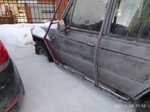 Из-за коммунальной аварии несколько автомобилей оказались в ледяном плену.