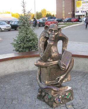 Оба памятникасозданы руками скульптора Николая Куклева.