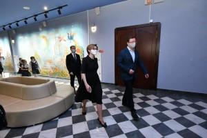 Посмотреть, как разместился театр, однимиз первых приехал губернатор Дмитрий Азаров и юные поклонники театрального искусства.
